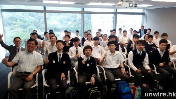 來自不同學校的高中學生到微軟總部參觀了解於資訊科技界就業的要求。